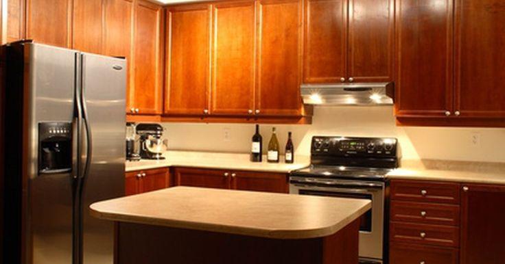 Cómo limpiar una nevera de acero inoxidable. Una nevera de acero inoxidable le da a tu cocina un aspecto moderno y limpio. Muchas son muy eficientes energéticamente. La mayoría están muy bien diseñadas para optimizar el espacio disponible para almacenar alimentos. Aprender cómo limpiar electrodomésticos de acero inoxidable te ayudará a mantener tu cocina limpia, a evitar desgaste innecesario ...