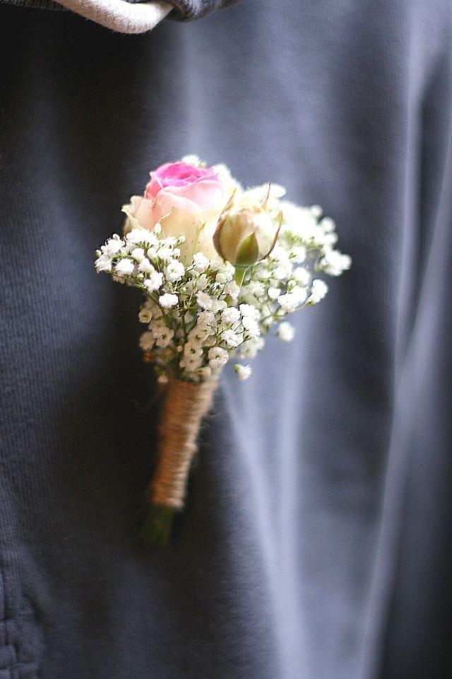 {Les événements de Victoria} -Mariage du 11 août 2017- Boutonnière avec Roses et Gypsophile.