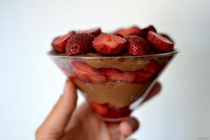 Jaglany deser czekoladowy z truskawkami