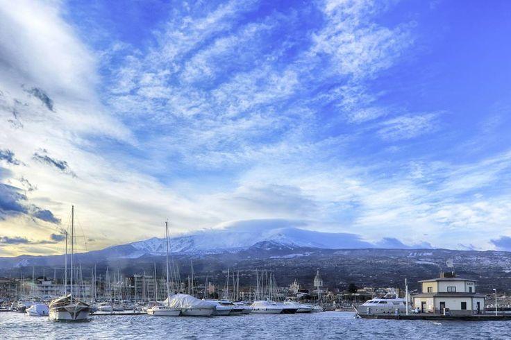 Mare, neve, cielo: dall'incontro di questi tre elementi, nasce uno scorcio molto particolare dell'Etna. [Foto di @an3tomusic]  #etna #sicily #winter