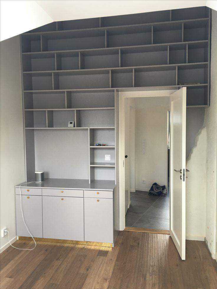Platsbyggd bokhylla. Egen design och konstruktion.