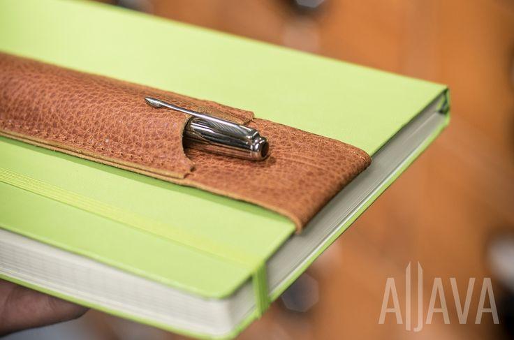 Der Stiftehalter für Notizbücher. Die Stifte immer Griffbereit mit Aljava, dem Stiftehalter für Notizbücher