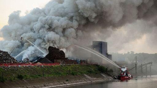 Feuer im Duisburger Hafen: Brand der Schrottberge unter Kontrolle