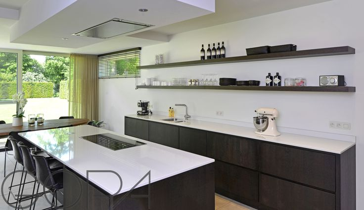 Moderne zwart-witte keuken, met kookeiland.