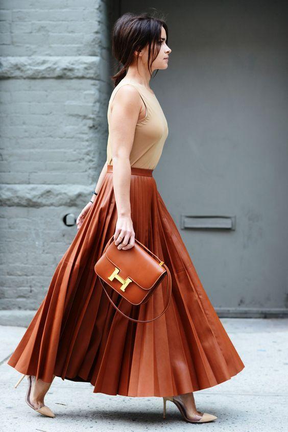 Blusa nude, saia plissada marrom caramelo