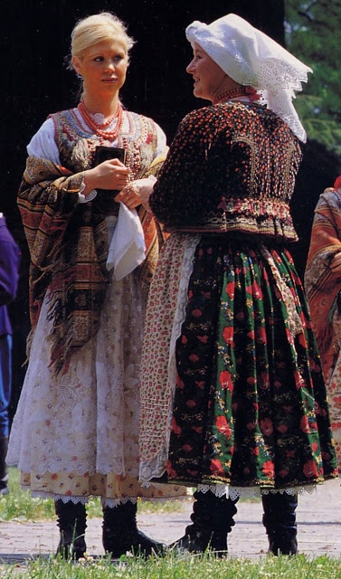FolkCostume: Costume of western Krakow region  I love this green fabric with red flowers.. would be perfect for my Sarafaani