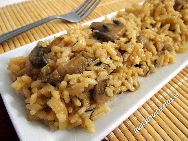 Receta de risotto con champiñones, rápido y fácil. Plato de arroz con queso típico en la gastronomía italiana.