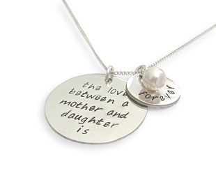 The love between a mother and her children is forever.  Ook met de tekst daughter, daughters, son en sons.  Van 65,95 voor 45,- #hanger #sieraden #moeder #kinderen #naamsieraad #cadeau