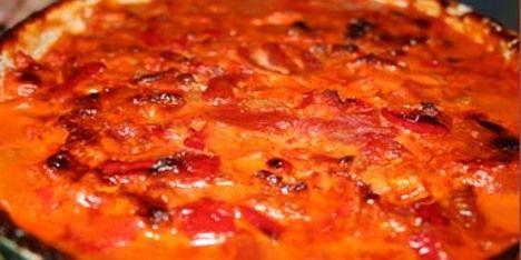 Fantastiske flødekartofler i en italiensk version med bacon, rød peberfrugt og flåede tomater.
