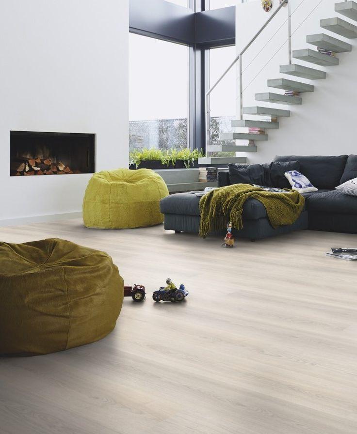 Casa decorada con un estilo moderno y urbano. El #suelo #laminado Roble Mazapán de la colección Classic LC 75, de Meister, tiene un acabado claro que brinda mucha luminosidad al entorno.