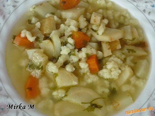 Klasicky pripravená zeleninová polievka s maslovými haluškami, ktoré varila v relácii Varení, pečení...
