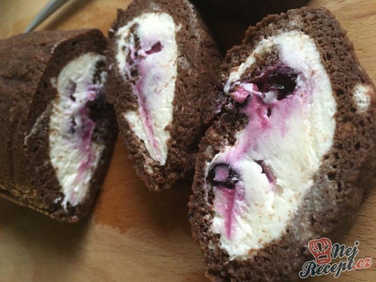 Bez mouky, bez cukru a samozřejmě bez žádných výčitek při mlsání. Kakaové těsto, tvarohová nádivka s ovocem.