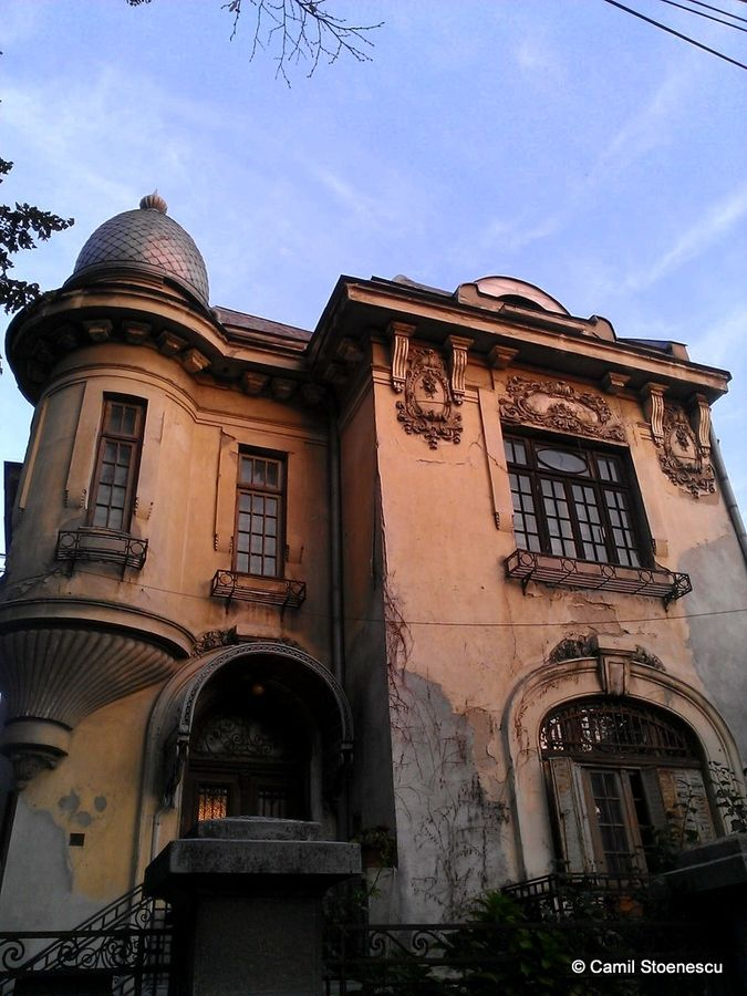 Beautiful abandoned house in downtown Bucharest,Romania. Wow.