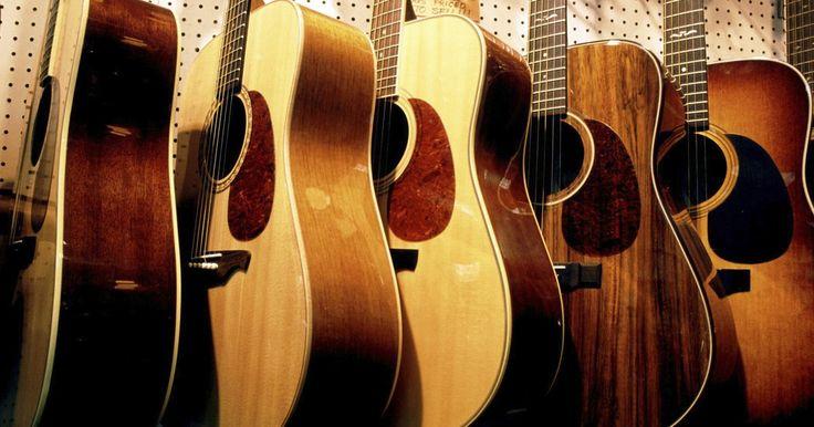 Como pendurar um violão horizontalmente. Colecionadores dedicados de guitarra podem querer pendurar alguns de seus violões em paredes. Tais colecionadores podem fazer isso com ou sem uma vitrine. Não usar uma vitrine é uma maneira de realçar o violão para que ele fique numa posição horizontal. É possível pendurar um violão horizontalmente usando apenas algumas poucas ferramentas ...