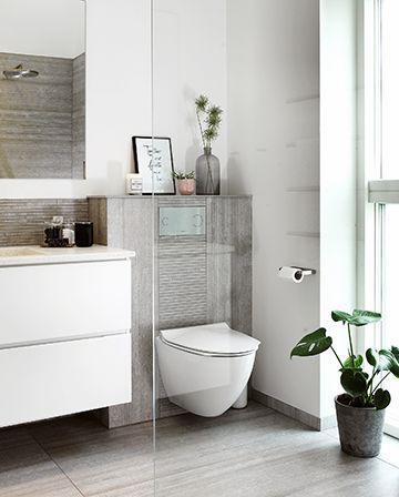 På det skandinaviske badeværelse handler det om at trække naturen indenfor. Her med grønne planter og bløde, støvede nuancer.