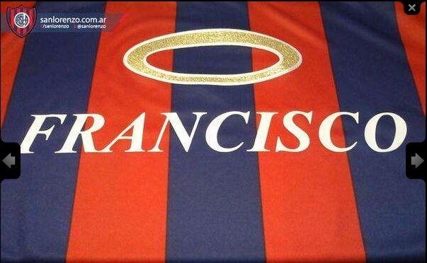 Il San Lorenzo ha presentato la maglietta confezionata appositamente per Papa Francesco, suo tifoso. Nel prepartita contro il Colon i giocatori indosseranno inoltre una maglia con la scritta: