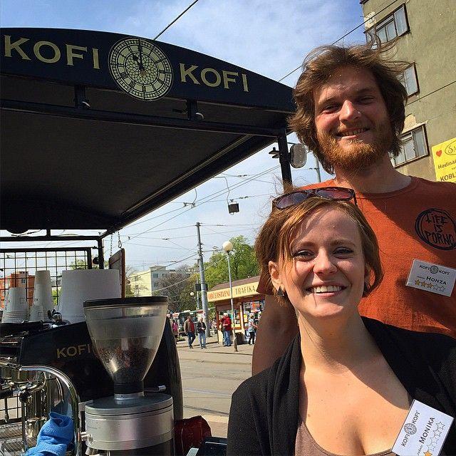 KofiMendlák Honza je všude!  Tady s Monikou.  Ostrovní KofiTruck připraven každý všední den. ☕️ #kofikofi  #Brno  #coffee