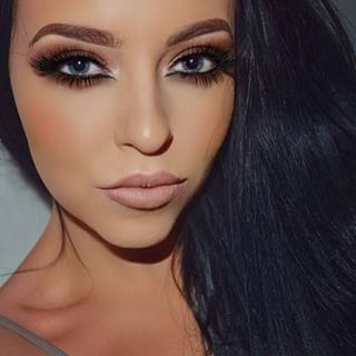 Alluring and glamorous.These lashes start off with flirty criss-cross strands and finish with long luscious locks to give you that sexy winged out effect.