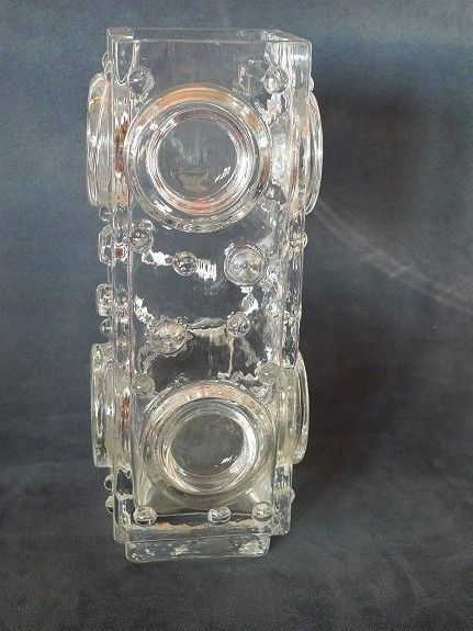 Modernistiske vaser, Josef Schott, Smålandshyttan - FINN Torget. 24 cm høy. Ingen skader av noe slag. Formgitt av Josef Schott for svenske Smålandshyttan på 1970-tallet. Usignert. Vasen har et relieffmønster som består av ulike sirkler - typisk for Schott. Vekt 1650 gram. 200 kroner