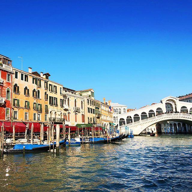 R I A L T O  B R I D G E  Sonne Wasser bunte Häuser! Venezia   #venezia #venedig #venice #italien #italy #lagunenstadt #laguna #gondeln #gondola #travelling #reisen #städtetrip #städtereisen #canale #canales #travelgram #weekendtrip #reisen #blogger_de #rialtobrücke #rialtobridge #vaporetto