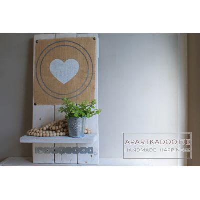 wandSupergaaf wandbord in romantisch landelijke, stoere stijl. Geschilderd in de kleur wit. Afbeelding op jute in wit en grijs. Aan het stoere elementje kun je leuke foto's of lieve briefjes hangen. Op het plankje zet je, je mooiste en meest dierbare spulletjes. Mooie accessoire in je huis en origineel om als kadootje te schenken op een verjaardag of aan je lieve vriendin.  Afmetingen: 45cmx23cm bord heart