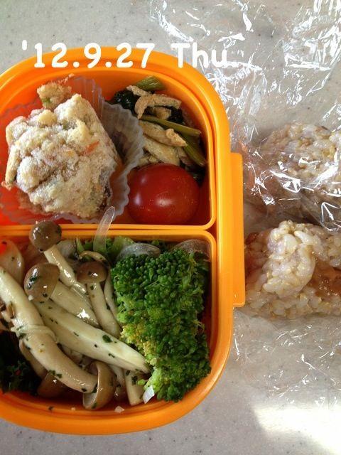 きのこの下に、リーフレタスと玉ねぎスライスを敷きました(^^) - 3件のもぐもぐ - 玄米おにぎり、おから、小松菜と油揚げの炒め煮、きのこの炒め物、ミニトマト&ブロッコリー by Tomoko