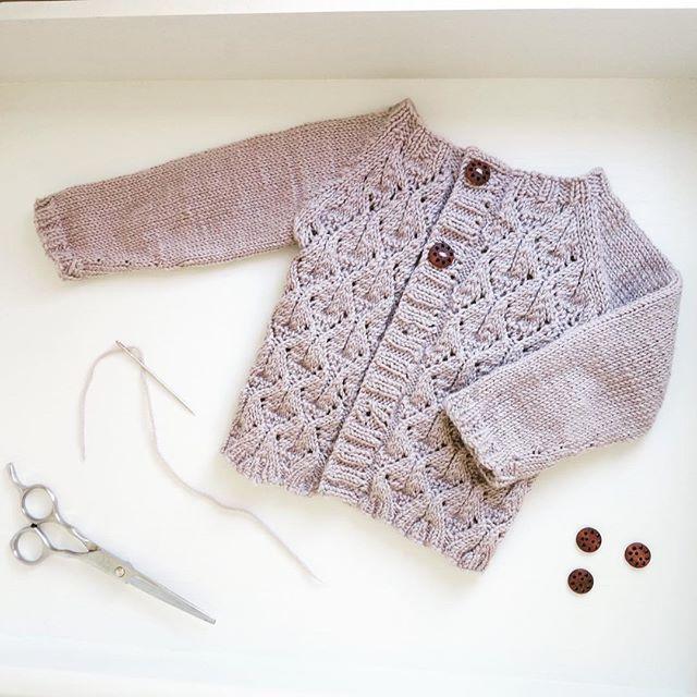 {f a u n a j a k k e} My first fauna is finished! I chose dark brown, wooden buttons for a neutral look for my baby girl. Love this pattern from @paelasknits soon I will add Faunadrakt and Faunalue to the collection 💕 #faunajakke #sublimeyarn #babycashmeremerinosilk ~ #fauna #faunamønster #knitting #strikking #babystrikk #strikktilbarn #småstrikk #babyclothes #strikkedilla #strikkeglede #strikkajakke #strukturstrikk #strikkemamma #ferdigstrikka #handmade #hjemmelaget #håndarbeid…