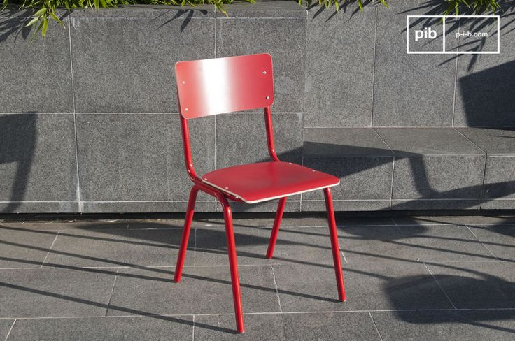 Ricordando l\'arredamento delle scuole, la sedia Skole è disponibile in più colori accesi, per dare un tocco di colore ad una scrivania o per dare un effetto asimmetrico alla vostra tavola da pranzo