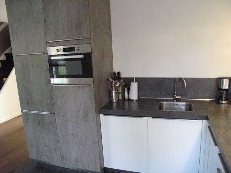 Keuken Grijs Eiken : hoogglans keuken uitgevoerd in wit, gecombineerd met wild eiken-grijs
