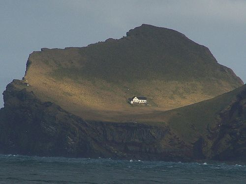 This enchanting house is located on an island called Elliðaey near Vestmannaeyjar, a small archipelago off the south coast of Iceland.