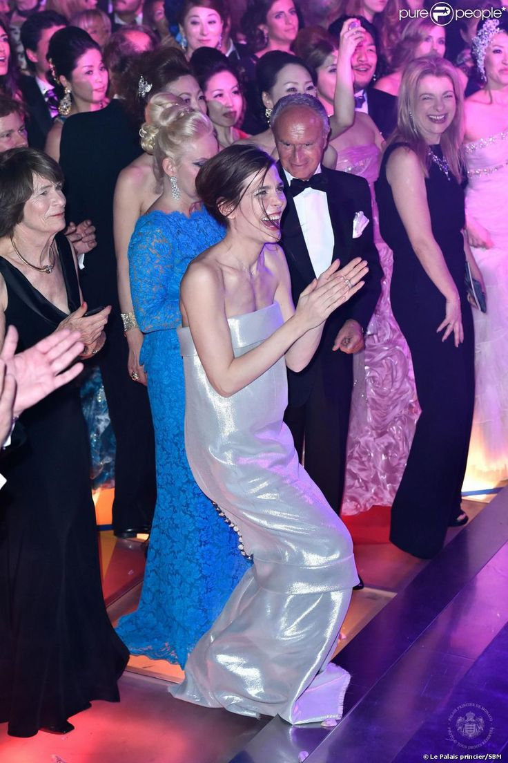 Charlotte Casiraghi parmi les convives qui ont pris d'assaut la piste de danse quand Mika a fait son show lors du Bal de la Rose le 29 mars ...