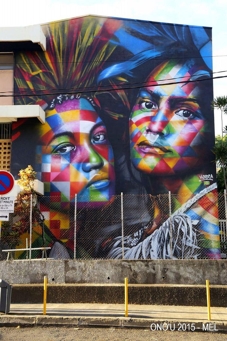 """Após entregar murais em Tóquio e Dubai, em maio deste ano Kobra iniciou uma nova obra no Taiti: """"Para criar o desenho, procurei inspirar-me na monumental obra de Paul Gauguin, que foi tão influenciado pelas cores, sabores, aromas e, claro, pela gente do Taiti"""". Com 15 metros de altura por 8 de largura, a obra retrata duas nativas do Taiti – Polinésia Francesa."""