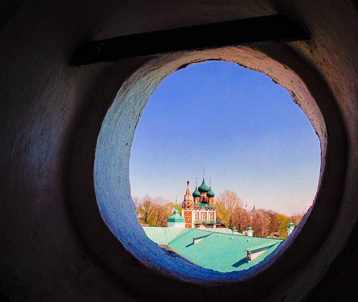 Una #iglesia de #Yaroslavl desde otra iglesia de Yaroslavl. #Rusia  #Russia #travelgram #passionpassport #church #orthodoxchurch #lonelyplanet #exploreyaroslavl #o #throughthewindow #traveleurope #explorerussia #travelbug #greenbulbs #igworldclub #natgeotravel
