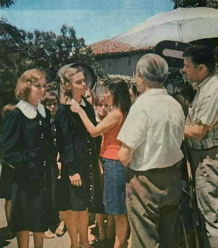 """Çaste pune nga filmi astristik shqiptare """"Vajza me kordele te kuqe"""" foto e vitit 1978."""