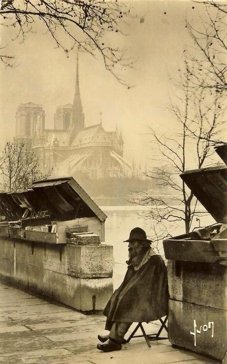 Bouquiniste à Paris en 1920