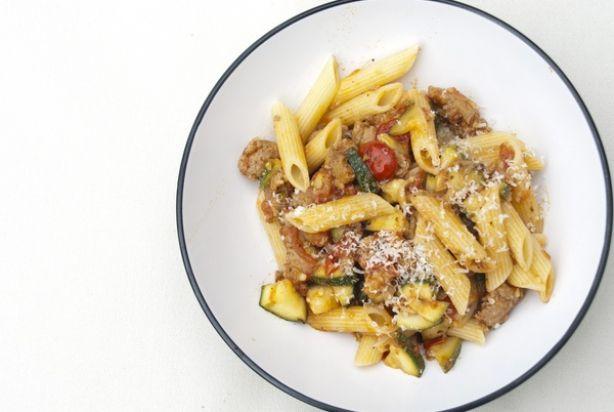 Penne met Italiaanse worst, courgette & tomatensaus