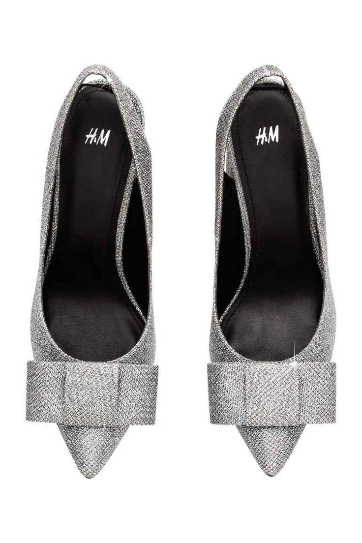 Блестящие туфли-лодочки: Блестящие туфли-лодочки из искусственной кожи. Декоративный бантик спереди и острые носы. Ремешок с резинкой по внутренней стороне и обтянутый каблук. Подкладка и стелька из искусственной кожи. Резиновая подошва. Высота каблука 11,5 см.