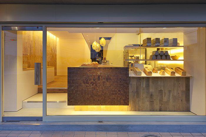 お店は、大阪府堺市西区、JR阪和線津久野駅から徒歩で5分の距離にあります。店舗のデザインがおしゃれなことでも知られています。それもそのはず、店長である門田充氏はデザイナーからパン屋の店主に転身したという一風変わった経歴の持ち主なんですよ。パン ド サンジュ (Pain de Singe)
