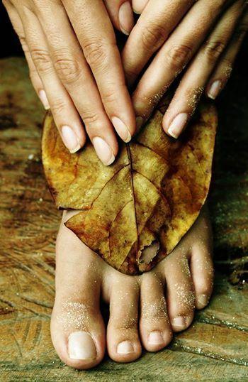 In de herfst worden je voeten weer voor lange tijd opgesloten in dichte schoenen - verwen ze met een pedicure behandeling of een heerlijke voetmassage.