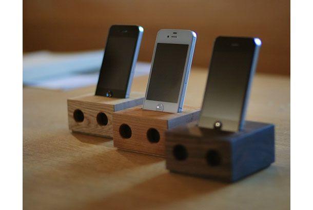 セットのまま、いっしょに連れ出したいコンビです。 神奈川は寒川町でオーダー家具を製作されているフリーハンドイマイさんの、木製iPhoneスタンド「tetra」。木製iPhoneケースや木製iPhoneスタンドはそこかしこにありますが、「tetra」はアンプを使わずにiPhoneからの音を響かせるスピーカーにもなるんです。 コネクタやケーブルも本体に収納され、iPhoneのフォルムを引き立ててくれる見目麗しゅうそのスタンドは、もちろんすべて手づくり。木のかたまりから流れる音は、心なしかやさしい音色に聞こえそうです。 お買い求めは公式通販サイトから。お値段は4830円(税込)+840円(神奈川県、東京都、千葉県、埼玉県内の送料)となっております。 「tetra」の他にも、オリジナル木製スピーカーなどを手がけるフリーハンドイマイさんでは、7月7日と8日に「おとを楽しむ二日間」と題したオリジナルスピーカー「ピュアウッド」の試聴会を開催するとのことで、試聴会に参加された方先着15名様に「tetra」がプレゼントされるそうです。試聴会の詳細はこちらからご覧ください。…