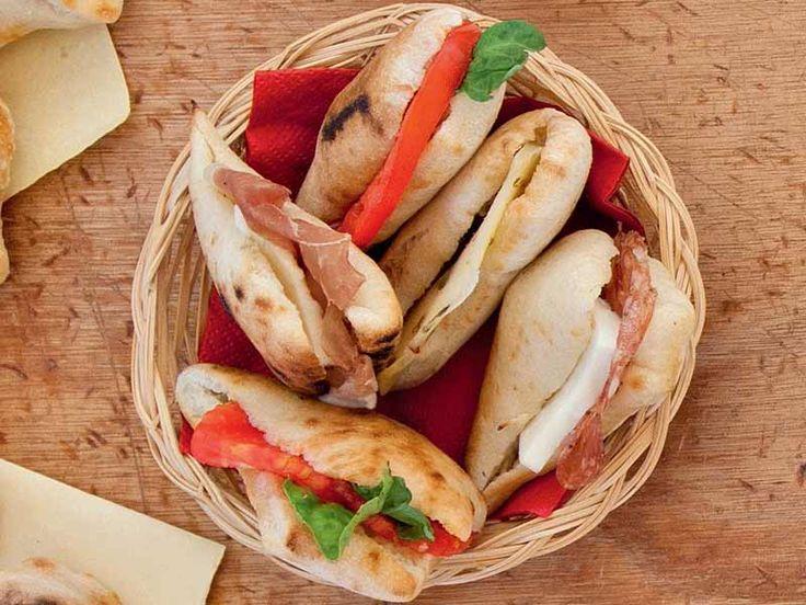 Ricetta Panini di pizza soffiati con salumi e formaggi
