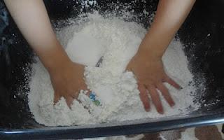 Shaving cream + corn starch = mold-able fluffy fun!