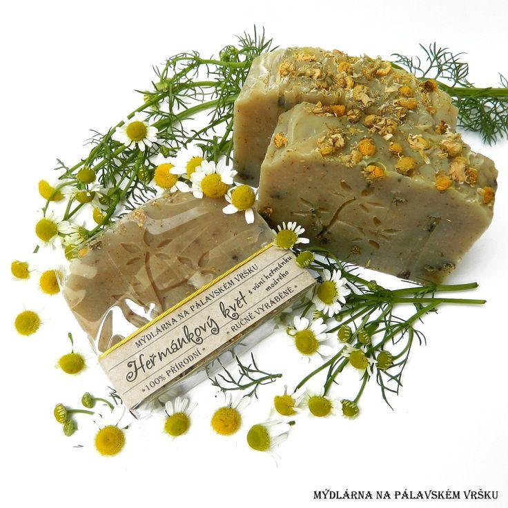 ❀ Cena: 79 CZK + 63 CZK doprava ❀ Heřmánkový květ vás svojí jemnou vůní vrátí do dob, kdy se tato úžasně léčivá bylina hojně vyskytovala na polích a loukách. Složení: olivový olej, kokosový olej, palmový olej, extra panenský olivový olej, voda, extrakt z grepového jádra, sušené květy heřmánku, éterický olej heřmánek modrý a grapefruit. Více..   vavavu