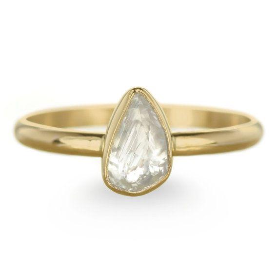 Anillo de compromiso de diamantes en bruto claro genuino