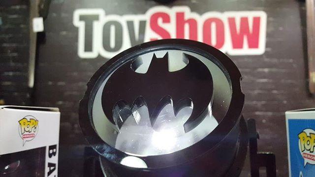 WEBSTA @ toyshowcolecionaveis - Que tal levar o BATSINAL pra sua casa? Acaba de chegar em nosso estoque e melhor em promoção! 🦇De: R$ 229,00Por: R$ 159,00Vem aproveitar essa PROMOÇÃO e adquira já o seu! Rua Pamplona 1135 Jardins SP ou acesse o link do produto e todos os outros modelos disponíveishttps://www.toyshow.com.br/luminaria-bat-sinal-fp-design#toyshow #toyshowcolecionaveis #batman #batsinal #promocao #vempratoyshow