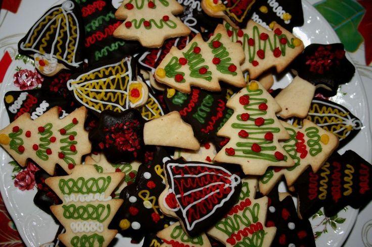 Dacă doriți să pregătiți ceva festiv și vesel de Crăciun care-i va înveseli pe copii, vă propun această rețetă de biscuiți fragezi cu unt care se pot consuma simpli sau se pot îmbrăca în cicocolată și decora cu glazură de zahăr. Pot fi dăruiți drept cadou pentru prieteni sau familie, sunt sigură că toți vor …