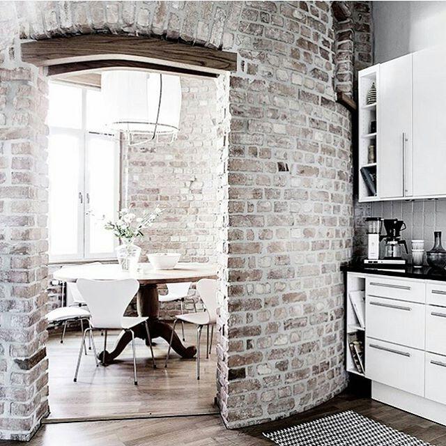Ååååh wow.... Älskar verkligen specilla lägenheter!!! Kolla in denna lägenhet där gammal trappuppgång har blivit ett enormt fin matplats! @alvhemmakleri förmedlar  Styling:@annabulowdesign Foto:@cimek