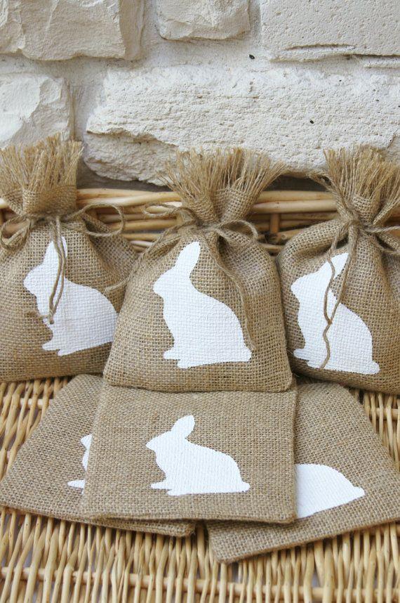 Soyez unique cette Pâques avec des sacs de jute réutilisable.  Ce serait formidable pour les petits cadeaux, sachets ou pour les sacs de faveur à votre fête de Pâques, fête d'anniversaire ou Shower de bébé.  Votre recevra Six sacs de jute avec une lapin blanc de peintes à la main.  Six traverses de ficelle de jute sera inclus avec votre achat.  Chaque sac mon varient en taille, mais ils mesurent environ 5 « x 7 ».  Les coutures sont terminés, sorte de toile de jute ne viendra pas dehors…