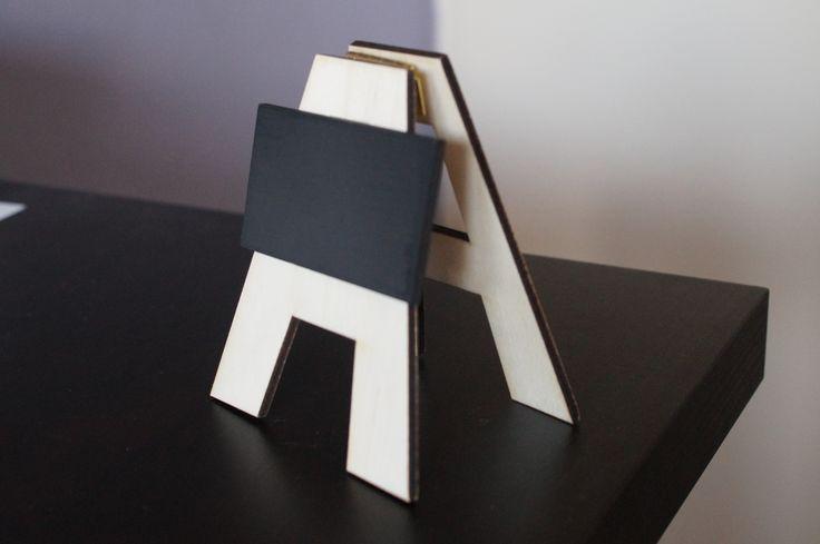 tafelbordje van hout met krijtbord