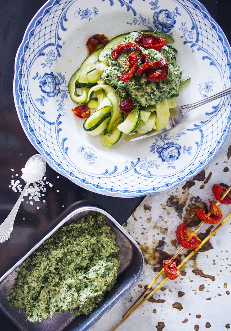 Zucchinipasta med grönkålspesto & rostade tomater<3